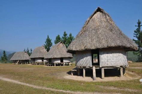 Những ngôi nhà sàn truyền thống ở Tây Giang.