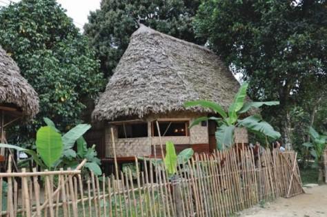 Nhà sàn truyền thống Cơ Tu ở thôn Bha Hôn trở thành nhà nghỉ cho du khách.