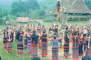 Trang phục lễ hội của các thiếu nữ Cơ tu.