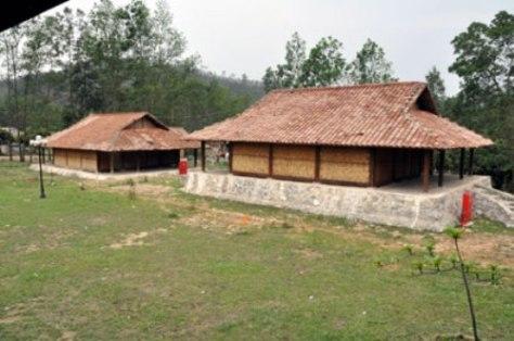 Hai ngôi nhà được thiết kế theo kiến trúc nhà ở truyền thống của người Dao tại Trung tâm Bảo tồn Bản văn hoá Dao Thanh Y ở thôn Chín Gian (xã Bằng Cả, Hoành Bồ) đã gần hoàn thiện.