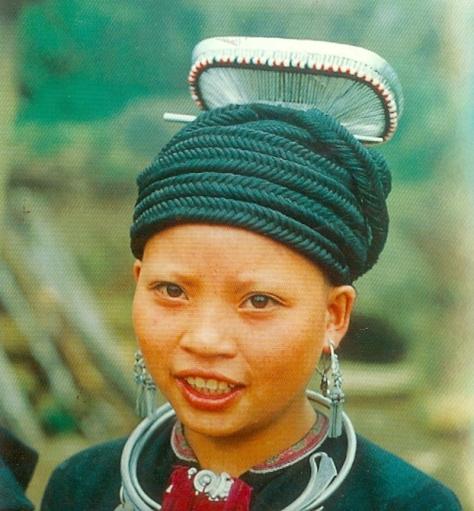 Một cách búi tóc trang điểm đặc biệt của người Dao.