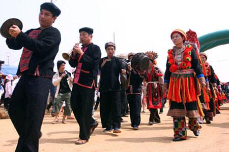 Trang phục lễ hội của nam, nữ dân tộc Dao.