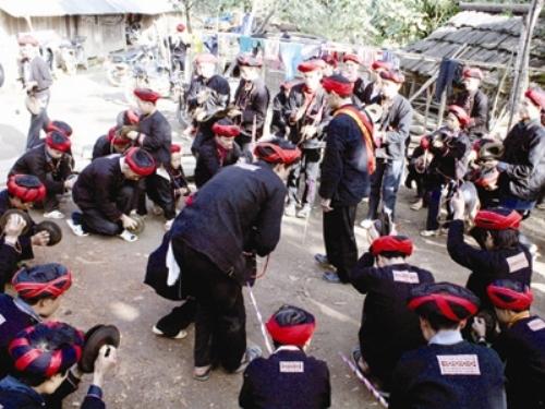 Tốp nam thanh niên Dao Đỏ nhảy theo sự hướng dẫn của thầy cả.