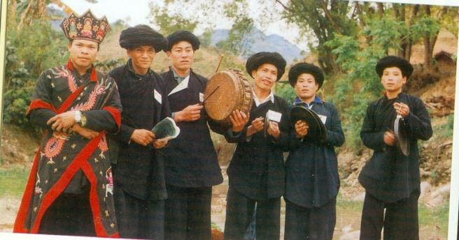 Thầy cúng và đàn nhạc trong sinh hoạt tôn giáo của người Dao.