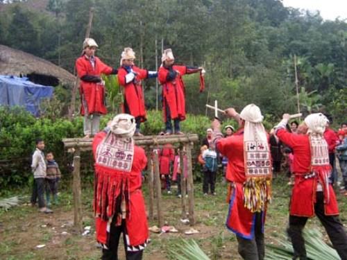 Thực hiện các nghi lễ trong lễ cấp sắc.