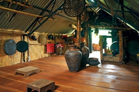Bên trong nhà dài truyền thống của dân tộc Ê Đê.
