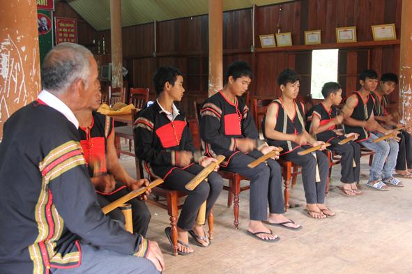 Chinh Kram (chiêng tre) – người tập đánh chiêng thường bắt đầu từ bộ chiêng này. Người Ê Đê thường ngồi khi đánh chiêng. Trong nhà sàn, ghế dài (kpan) dựng sát vách là chỗ ngồi của đội chiêng. (ảnh Báo Đắc Lắc.)