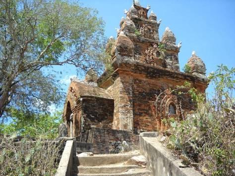 Tháp Pô Reme tại Ninh Phước tỉnh Ninh Thuận thờ Vua Pô Remê và hoàng Hậu Drah Jan người Ê Đê.