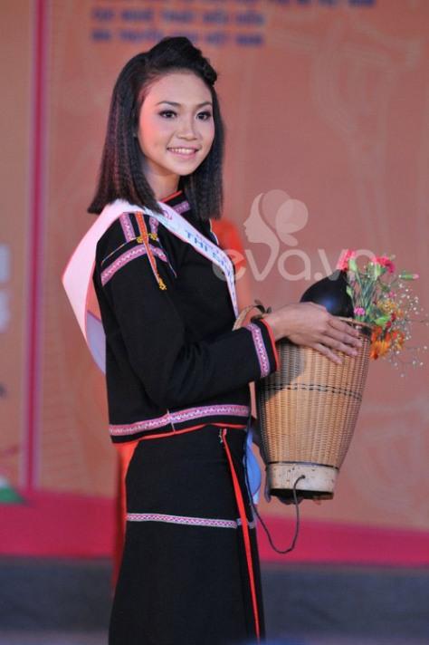 Thí sinh Hoa hậu dân tộc Ê đê khỏe mạnh với trang phục thổ cẩm và gùi đeo trên lưng.
