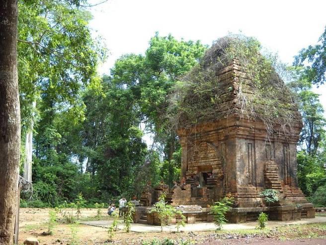 Yang Prong hay Yang Êa H'leo trong bia kí Champa là Ya Hliêv, là tháp Chăm duy nhất ở Tây Nguyên. Ngôi tháp được xây dựng dưới Triều Đại Jaya Simhavarman III tức Chế Mân (R'čăm Mâl hay Êčăm mâl), ngôi tháp được xây dựng để dâng cúng Thần Vĩ Đại của người Orang Đê cổ, trong thời kỳ kháng chiến chống Mông- Nguyên cuối thế kỷ XIII.
