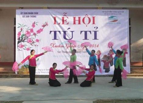Biểu diễn điệu múa dân tộc Giáy trong Lễ hội Tu Tỉ.
