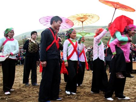 Trang phục đám cưới dân tộc Giáy.