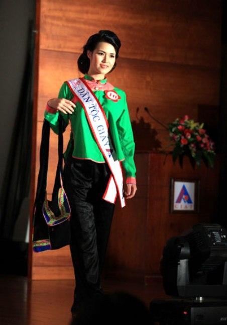 Sơn nữ Giáy, Lù Thị Kim Duyên, trong một cuộc thi Hoa Hậu Dân Tộc.