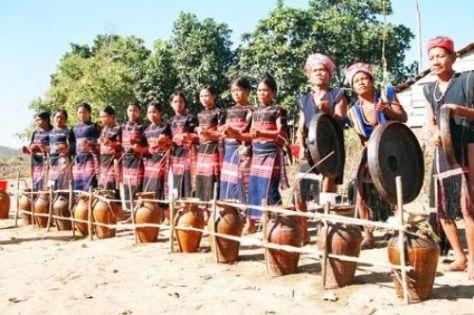 Người Gia Rai mặc trang phục truyền thống trong lễ hội. (ảnh KT)
