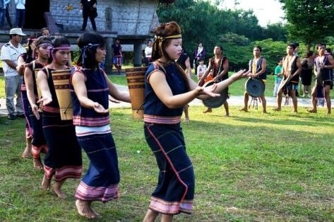 Những chàng trai, cô gái Gia Rai vui mừng nhảy múa trong tiếng cồng chiêng, trống tưng bừng. Họ thể hiện các điệu múa truyền thống với một niềm tin thành kính.