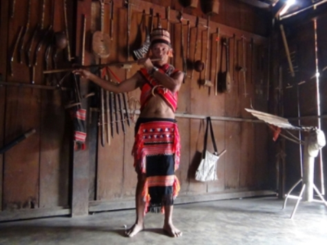 Nghệ nhân Brôl Vẻ - dân tộc Gié Triêng - bên bộ sưu tập nhạc cụ.