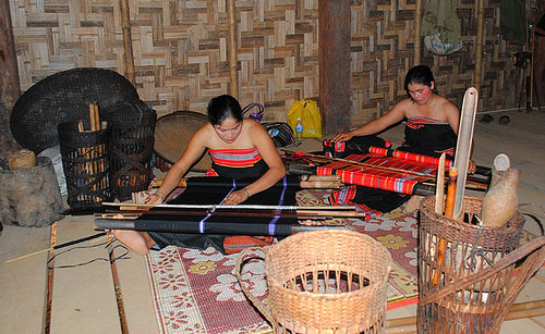 Sơn nữ Gié Triêng (nhóm Triêng) dệt thổ cẩm.