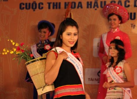 Y Hải Yến, sơn nữ Gié Triêng, trình diễn trang phục truyền thống trong một cuộc thi Hoa Hậu Dân Tộc VN.