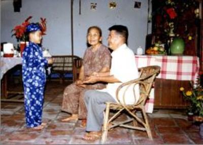 Cháu mừng tuổi ông bà sáng mồng Một ở gia đình người Hoa.