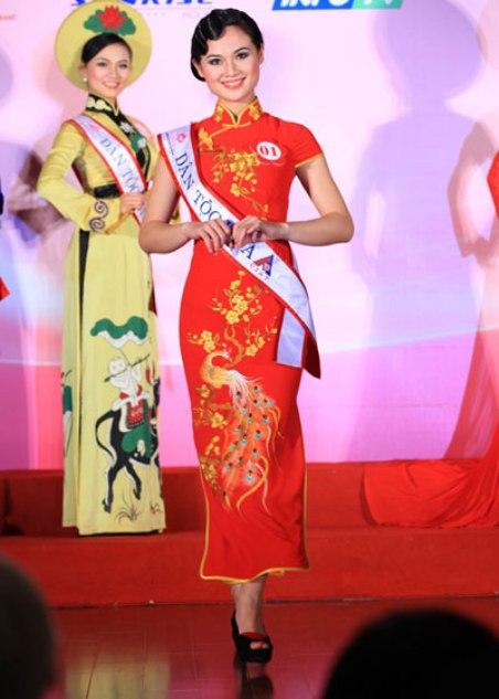 Hoàng Thị Kiều Anh, dân tộc Hoa, trong một cuộc thi Hoa Hậu Dân Tộc.