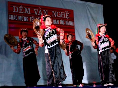Nhiều điệu múa mang đậm nét văn hóa dân tộc Hà Nhì được biểu diễn trong dịp Tết.