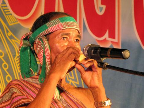 Ông Đinh Ngọc Su đang biểu diễn nhạc cụ Tà Vỗ.