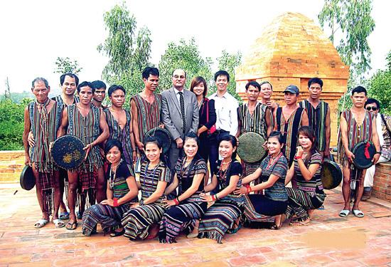 Đội nghệ nhân huyện Ba Tơ tham gia giao lưu đánh, múa cồng chiêng tại làng văn hóa các dân tộc Việt Nam ở Hà Nội.