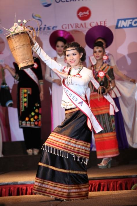 Đinh Thị Thùy Trang, dân tộc H'rê, trong một cuộc thi Hoa Hậu Dân Tộc.