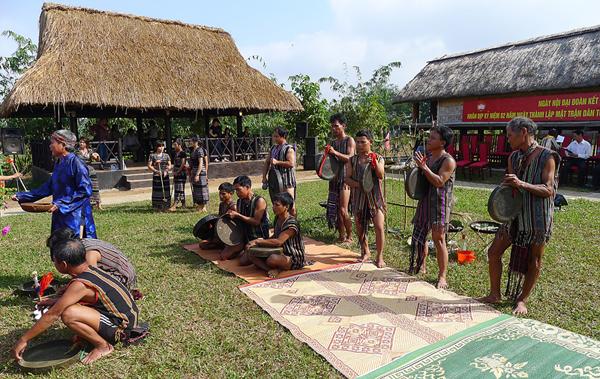 hre_chiêng_Đồng bào dân tộc H'rê biểu diễn chiêng mừng nhà mới.