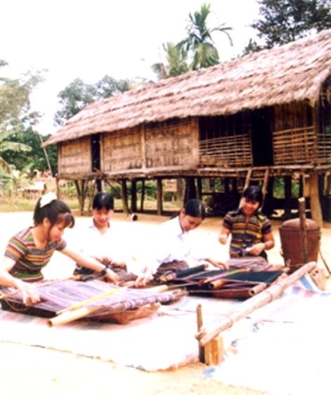 Dệt thổ cẩm được phục dựng trong - không gian văn hóa H're.