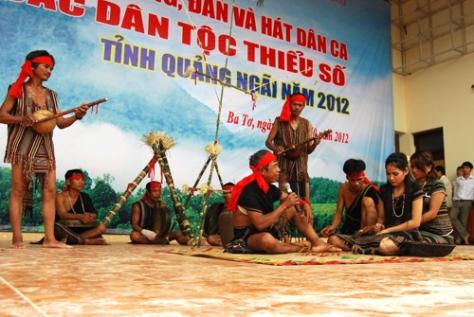 Một tiết mục của người H'rê huyện Ba Tơ tham gia Liên hoan cồng chiêng, đàn và hát dân ca các dân tộc thiểu số tỉnh Quảng Ngãi năm 2012.