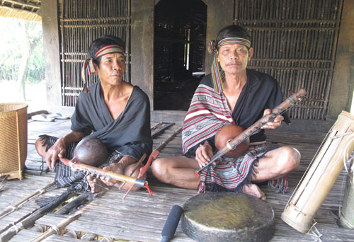 """Nghệ nhân Phạm Văn Lơi và nghệ nhân Đinh Văn Rút (thị trấn Ba Tơ) biểu diễn bài ca lêu """"Chúc nhau ăn Tết vui vẻ""""."""