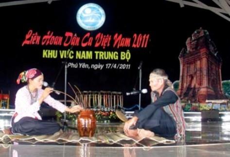 Tiết mục làn điệu H'chôi tăh têu tại Liên hoan Dân ca Việt Nam năm 2011.