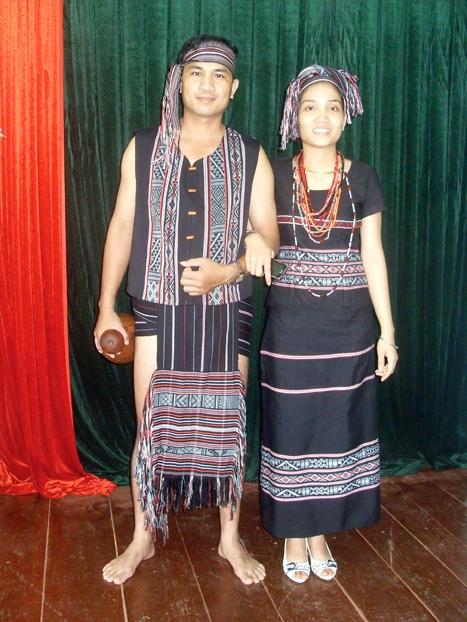 Trang phục lễ hội nam nữ dân tộc Hrê.