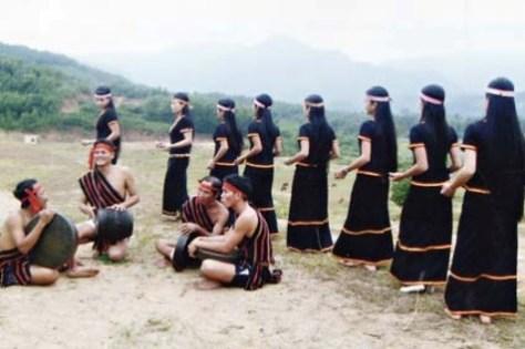 Trang phục nam nữ dân tộc Hrê trong một lễ hội.