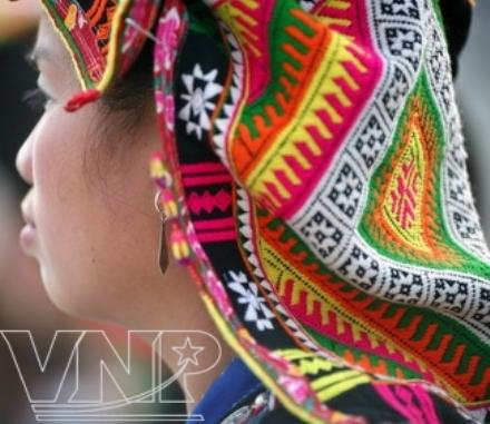 Rực rỡ khăn trùm đầu của thiếu nữ Kháng.