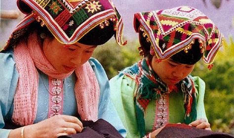 Trang phục thời nay của thiếu nữ Kháng (Theo baosonla.org.vn)