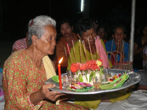 Bà con Khmer dâng lễ.