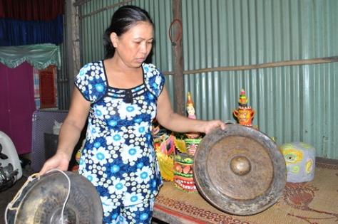 Chị Lâm Thị Hương, nghệ nhân dân gian hiếm hoi biểu diễn Rô Băm ở Sóc Trăng.