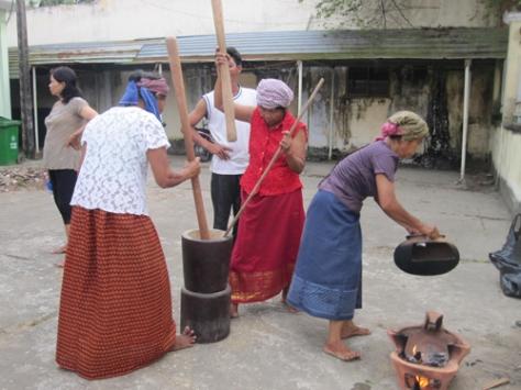 Khi hạt nếp vừa giòn thì cho vào cối, dùng cối bồng, chày bằng gỗ để quết.