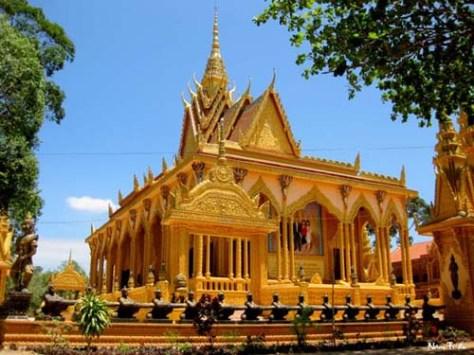 Kiến trúc nhà của người Khmer có sự tương phản rõ rệt giữa nhà của người dân trong phum, sóc với chùa.