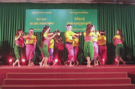 Múa gáo dừa, một thể loại thường xuyên được các đoàn nghệ thuật Khmer biểu diễn.