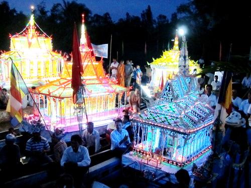 Sân khấu Dù Kê còn được tổ chức trong các lễ hội cổ truyền.