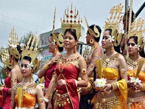 Trang phục dân tộc Khmer trong ngày hội.