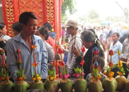 Trong ngày lễ hội đông đảo bà con đến chùa cầu nguyện.