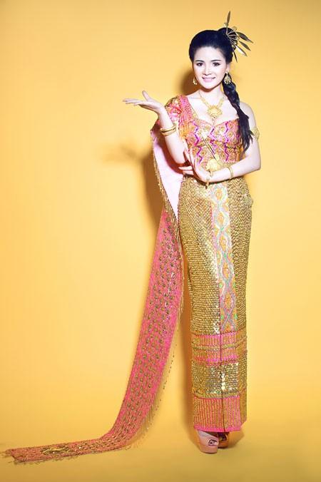 Vy Marya trong trang phục truyền thống Khmer. Cô sinh ra và lớn lên ở Sóc Trăng, và là người con có hai dòng máu dân tộc Khmer và dân tộc Hoa.