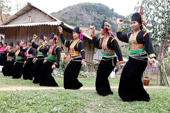 """Điệu múa """"Vêr guông"""" trong lễ hội """"Mah Grợ"""" của người Khơ Mú."""
