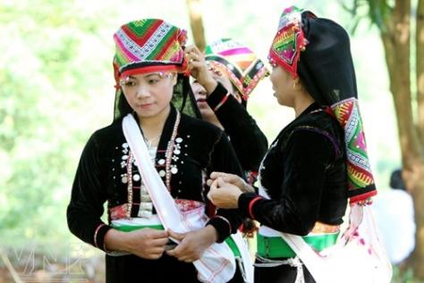 Sơn nữ Khơ Mú duyên dáng trong trang phục truyền thống của dân tộc.