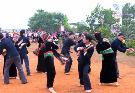 Nam thanh nữ tú Khơ Mú cùng múa vui vẻ mong mùa màng bội thu.