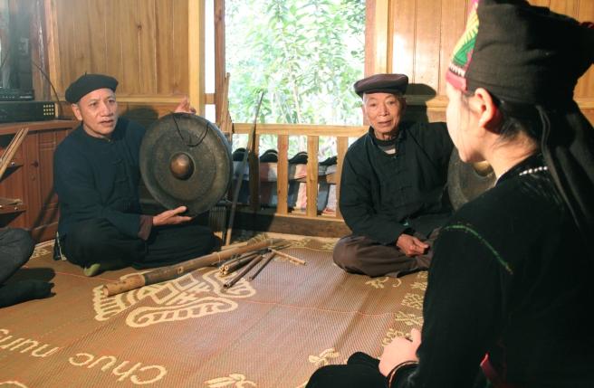 Nghệ nhân Vì Văn Sang (bên trái) hướng dẫn thế hệ trẻ đánh cồng.